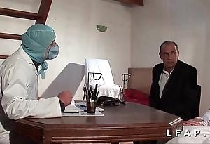 Chilling vieille mariee se fait defoncee le cul chez le gyneco en triple avec le mari