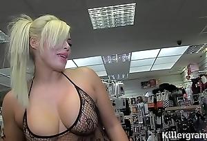 Sexy kirmess milf engulfing strangers jocks hither dealings large screen